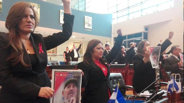 """Durante el minuto de silencio por las víctimas del accidente aéreo, los diputados del FMLN aprovecharon para gritar """"'¡Viva Fidel!"""". (Cortesía de El Mundo/El Salvador)"""