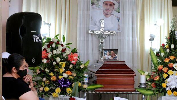 Familiares velan el cuerpo sin vida de Óscar Andrés Obando Betancourt, una de las víctimas de la masacre de nueve jóvenes, en Samaniego, Nariño, Colombia. (EFE/Sebastián Leonardo Castro)