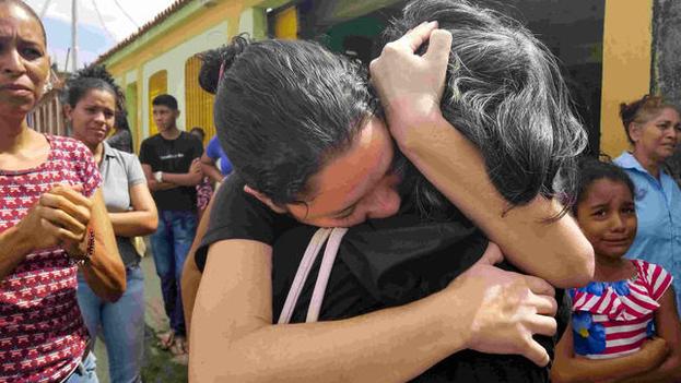 Familiares de los presos del centro de reclusión de Carabobo participan en el velatorio de sus parientes. (EFE)