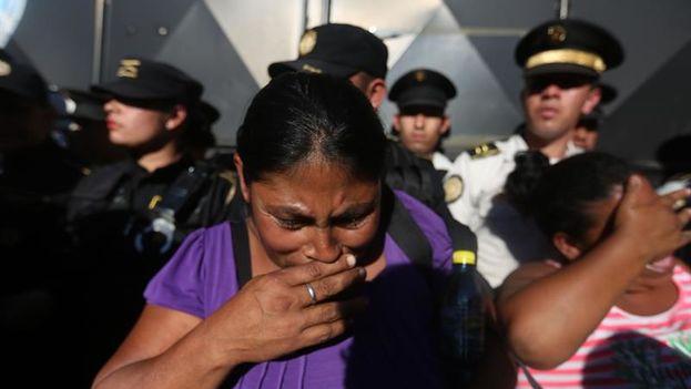 Familiares de menores reclusos en el Hogar Virgen de la Asunción discuten con la policía tras el incendio en el que murieron 22 niñas. (EFE/Esteban Biba)