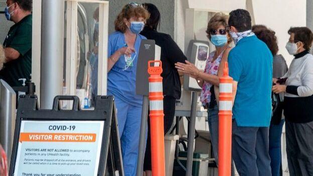Familiares de enfermos esperando a las puertas del Hospital Jackson Memorial en Miami, Florida, el segundo estado de EE UU con más casos positivos de covid-19. (EFE/Cristóbal Herrera)
