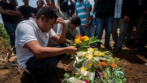 Familiares y amigos despidieron a Teyler, un bebé de 14 meses fallecido en el marco de las protestas en Nicaragua este sábado. (EFE)