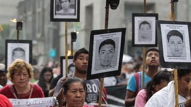Familiares y simpatizantes de los 43 normalistas desaparecidos de Ayotzinapa marchan tras cumplirse 19 meses de su desaparición. (EFE/Alex Cruz)