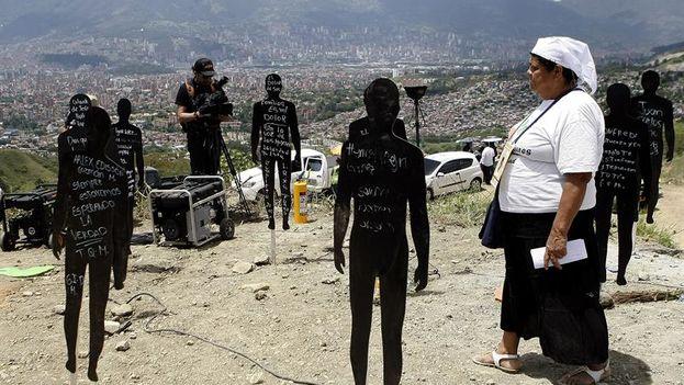Familiares de víctimas asisten a un acto simbólico al inicio de la mayor excavación forense del país para encontrar a centenares de víctimas de la violencia sepultadas bajo montañas de escombros (EFE/Luis Eduardo Noriega)