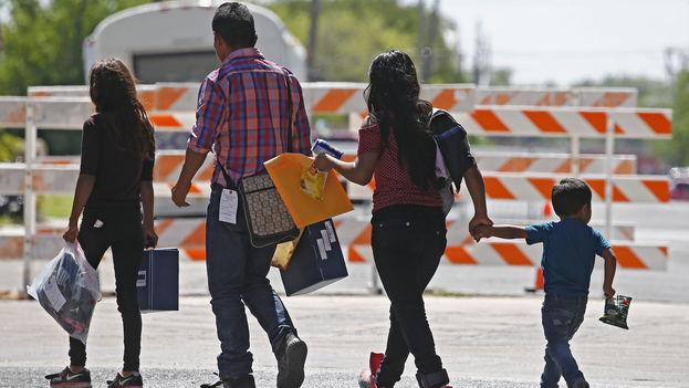 Familias migrantes procesadas en la Estación Central de Autobuses en McAllen, Texas. (EFE)