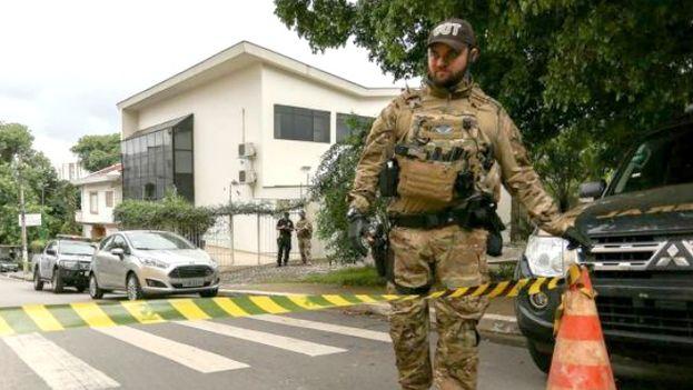 Un policía Federal en la puerta del Instituto Lula, que dirige el expresidente Luiz Inácio. (EFE)