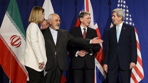 Federica Mogherini (i), Mohamad Yavad Zarif, Philip Hammond y John Kerry (d) en una imagen de archivo mientras se negociaba el actual tratado para conetener la amenaza nuclear de Irán. (EFE)
