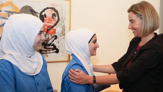 La alta reprensante de la Unión Europea, Federica Mogherini, se reune con refugiadas sirias. (@FedericaMog)