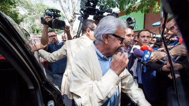El ex presidente español Felipe González tras la rueda de prensa en Caracas. (Twitter/ REUTERS)