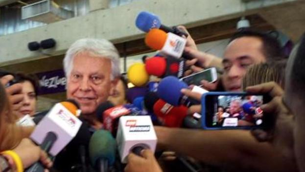 Felipe González habla con la prensa en Caracas. (Twitter)