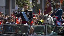 El nuevo jefe de Estado español Felipe VI saluda a los ciudadanos tras su proclamación. (EFE/Fernando Villar)