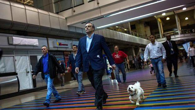 Jesús Silva Fernández, embajador español en Venezuela, en el aeropuerto de Caracas antes de abandonar el país de regreso a España. (EFE)