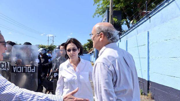 Carlos Fernando Chamorro y su esposa, Desiré Elizondo, fueron agredidos por las fuerzas antimotines de Nicaragua cuando llegaron al cuartel general a pedir explicaciones sobre la confiscación de sus bienes. (D.R.)
