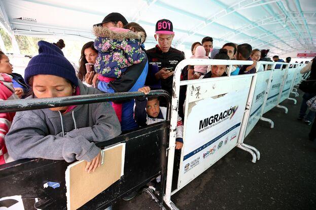 Filas de migrantes venezolanos intentando cruzar la frontera entre Colombia y Ecuador. (EFE)