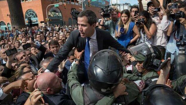 Finalmente, Juan Guaidó y los opositores se abrieron paso a la fuerza tras varios minutos de forcejeos con las fuerzas de seguridad y entraron al hemiciclo. (EFE)