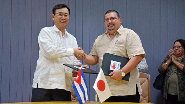 Firma entre Cuba y Japón del contrato de donación de un escáner de temperatura de infrarrojo en 2015. (Granma)