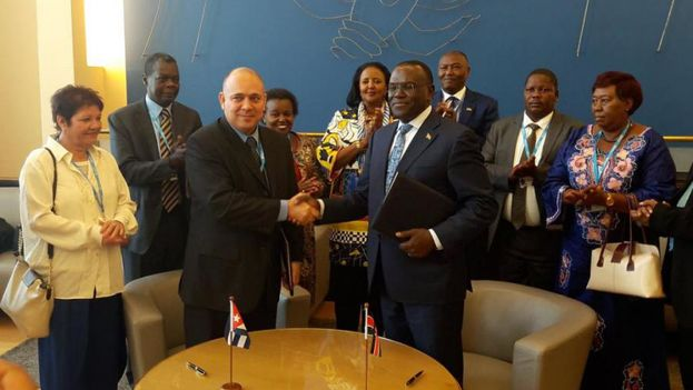 Firma del convenio de Salud el pasado año en Ginebra con el ministro Roberto Morales Ojeda por la parte cubana.