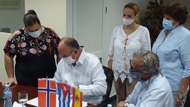 Firma del acuerdo este jueves en La Habana. (Mincex)