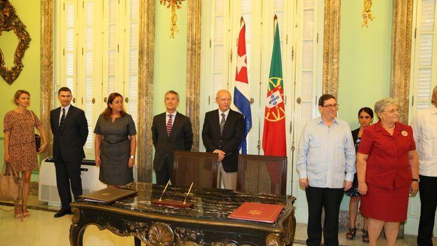 Firma de los acuerdos entre los cancilleres de Cuba y Portugal. (@CubaMINREX)
