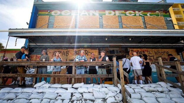 En Florida, muchos negocios se protegen con sacos de arena ante la posible llegada de Dorian. (EFE/EPA/Jim Lo Scalzo)