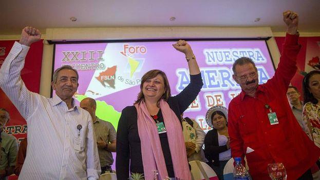 El cubano José Balaguer, la secretaria ejecutiva del Foro de Sao Paulo, la brasileña Mónica Valente y el diputado Jacinto Suárez al cierre del XXIII encuentro del Foro de Sao Paulo en Managua. (EFE)