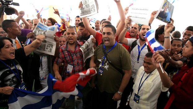 Un grupo de la delegación oficialista cubana realiza una protesta en la entrada del Foro de la Sociedad Civil. (EFE/Alejandro Bolívar)