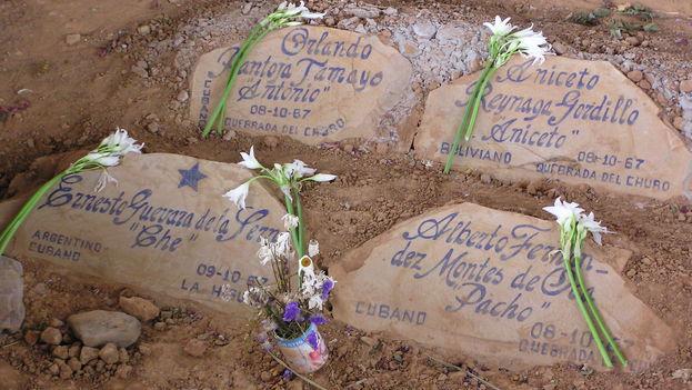 Fosa donde encontraron en 1997 los supuestos restos de 'Che' Guevara y de varios de sus compañeros en Vallegrande, Bolivia. (BdG)