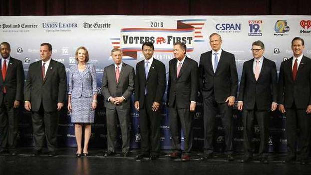 Foto de grupo de los aspirantes a cadidato republicano a la Casa Blanca en el encuentro en New Hampshire