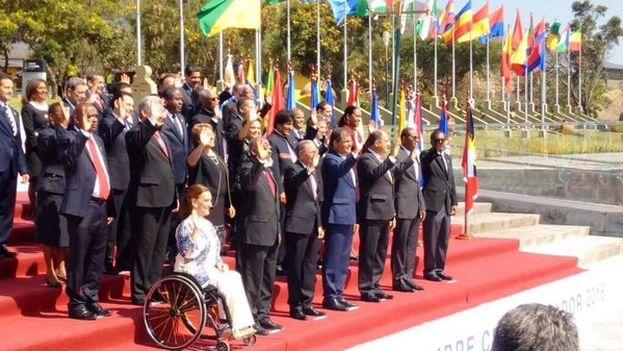 Foto oficial de los invitados a la cumbre de la Celac en la sede de UNASUR en Quito. (@DefensaEc)