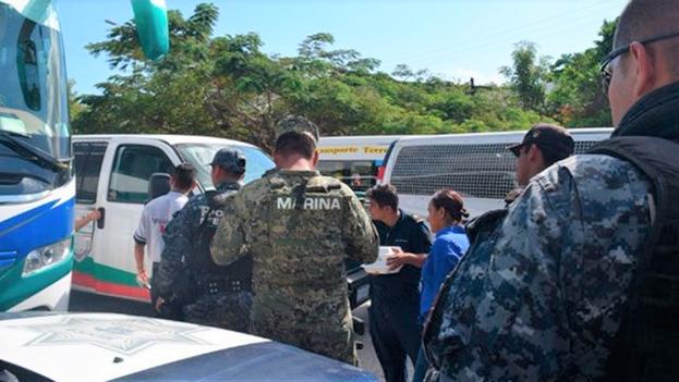 Foto referencial en la que aparecen efectivos de la Marina de México asistiendo a un grupo de balseros cubanos en 2018. (Quintana Roo Hoy)