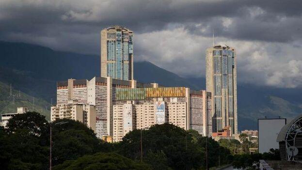 Fotografía del 24 de septiembre de 2020 donde se observan las torres gemelas de Parque Central, en Caracas, Venezuela. (EFE/Miguel Gutiérrez)