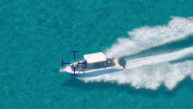 Fotografía cedida por la Guardia Costera estadounidense donde se muestra a una embarcación con indocumentados identificada por la tripulación de un avión de Operaciones Aéreas y Marinas. (EFE/Guardia Costera EE UU)