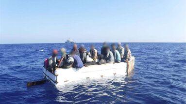Fotografía del 18 de marzo cedida por la Guardia Costera estadounidense donde se muestra a 17 migrantes cubanos sentados a bordo de una embarcación rústica aproximadamente a 54 millas al sur de Cayo Hueso, Florida. (EFE/Guardia Costera)