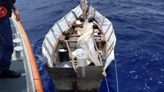 Fotografía cedida por la Guardia Costera de Estados Unidos de miembros del cuerpo tras interceptar una embarcación el viernes en el estrecho de Florida. (EFE/Guardia Costera de Estados Unidos)