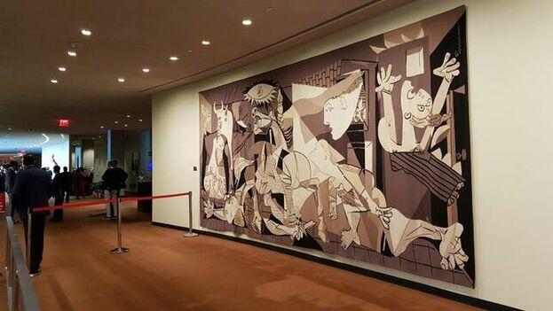 Fotografía fechada el 23 de septiembre de 2019 que muestra una reproducción del Guernika de Picasso, en la sede del organismo en Nueva York. (EFE)