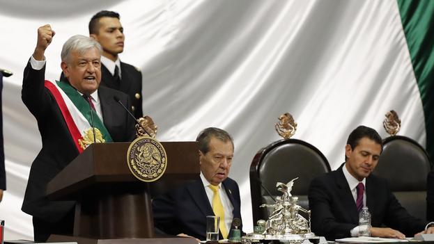 Fotografía de archivo fechada el 1 de diciembre de 2018 que muestra al presidente de México, Andrés Manuel López Obrador, mientras recibe la banda presidencial junto al diputado Porfirio Muñoz Ledo (d), en Ciudad de México. (EFE/ Jorge Núñez)