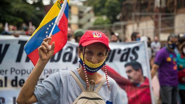 Fotografía que muestra un grupo de personas mientras participa en un acto de campaña por las elecciones a diputados de la Asamblea Nacional el 26 de noviembre de 2020, en Caracas, (Venezuela). (EFE/Miguel Gutiérrez)