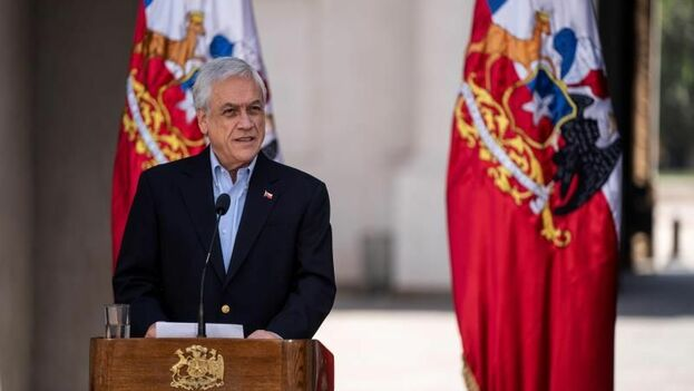Fotografía cedida el pasado jueves por la Presidencia de Chile en la que se registró al mandatario chileno, Sebastián Piñera, en Santiago. (EFE)