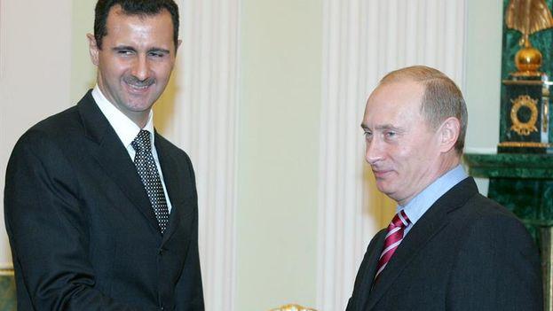 Fotografía de archivo tomada durante un encuentro entre Vladimir Putin y Bachar el Asad en 2006. (EFE/Sergei Karpukhin)
