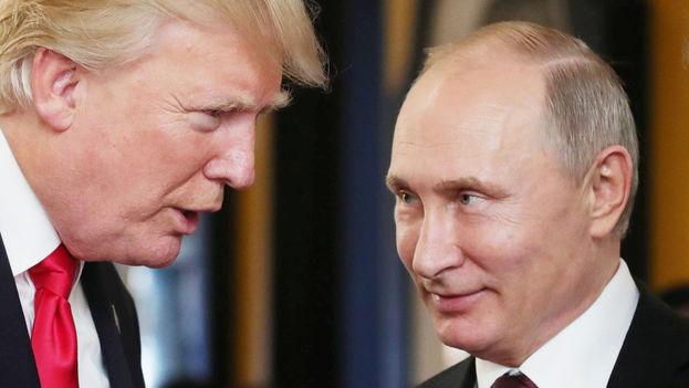 Fotografía tomada el pasado 11 de noviembre en la que se registró al presidente de Rusia, Vladímir Putin (d), la conversar con su homólogo estadounidense, Donald Trump, en Da Nang, Vietnam. (EFE/Archivo)