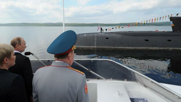 Fotografía de archivo que muestra al presidente ruso, Vladimir Putin (2i), durante una visita a un submarino en el Día de la Marina en Severomorsk. (EFE)