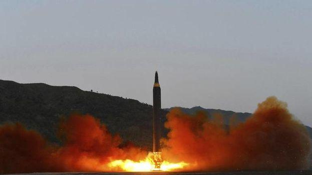 Fotografía de fecha desconocida que muestra el lanzamiento de un misil en Corea del Norte. (EFE)