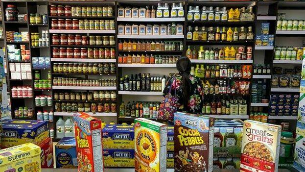 Fotografía del 30 de enero de 2020 donde se observan productos importados en un bodegón, en Caracas. (EFE)