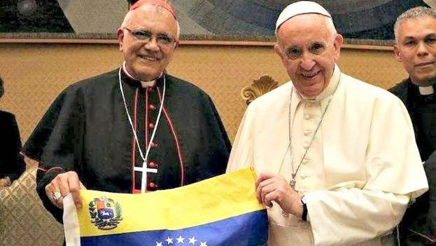El papa Francisco junto al cardenal venezolano Baltazar Porras sosteniendo la bandera de Venezuela. (Archivo)