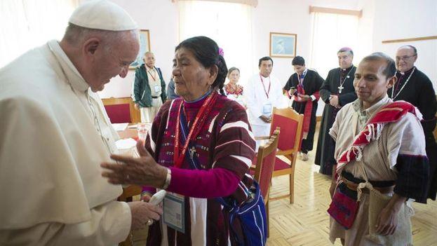 Francisco saluda a una lugareña durante un encuentro con las comunidades indígenas de Chiapas, en San Cristóbal de las Casas. (EFE/L's Osservatore Romano)