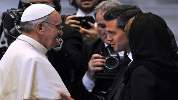 El papa Francisco conversó con el presidente mexicano Enrique Peña Nieto en una reunión privada en la que intercambiaron presentes. (EFE)