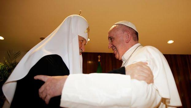 l papa Francisco se abraza con el patriarca ortodoxo ruso Kiril este viernes en el aeropuerto internacional José Martí de La Habana. (EFE)