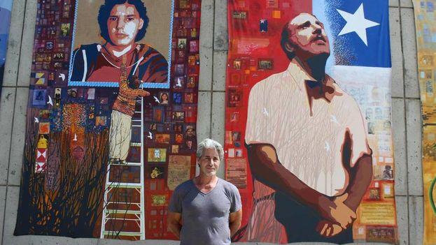 Francisco Letelier, hijo de Orlando Letelier, posando junto al mural que pintó sobre su padre, en el Museo de la American University en Washington. (EFE)