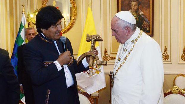 El papa Francisco no ocultó su asombro al recibir el regalo de Evo Morales. (EFE/ Agencia Boliviana de Información)