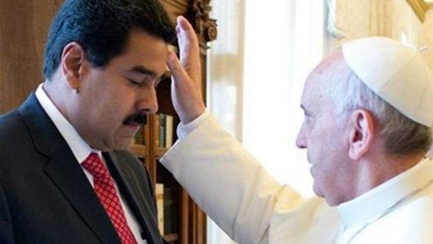 Francisco bendice a Nicolás Maduro en una visita previa del venezolano a la Santa Sede en 2013. (EFE/Archivo)